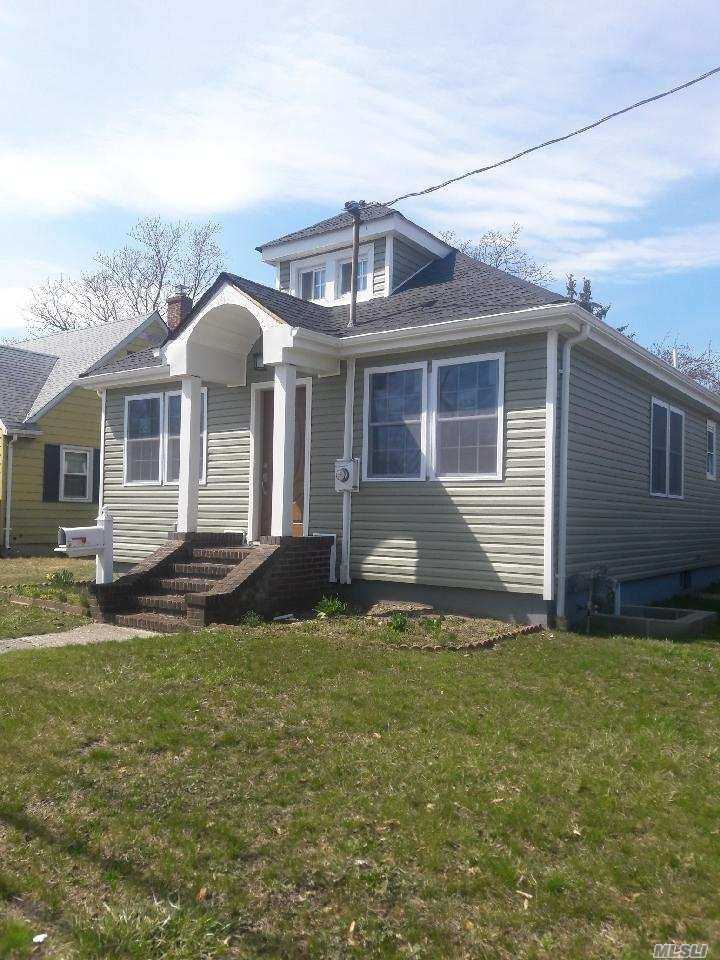 Photo of home for sale at 21 Roosevelt St, Bay Shore NY