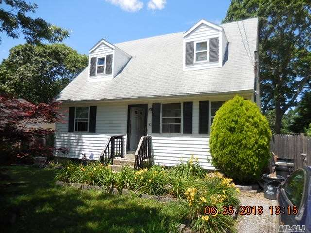 Photo of home for sale at 101 Robinwood Dr, Mastic Beach NY