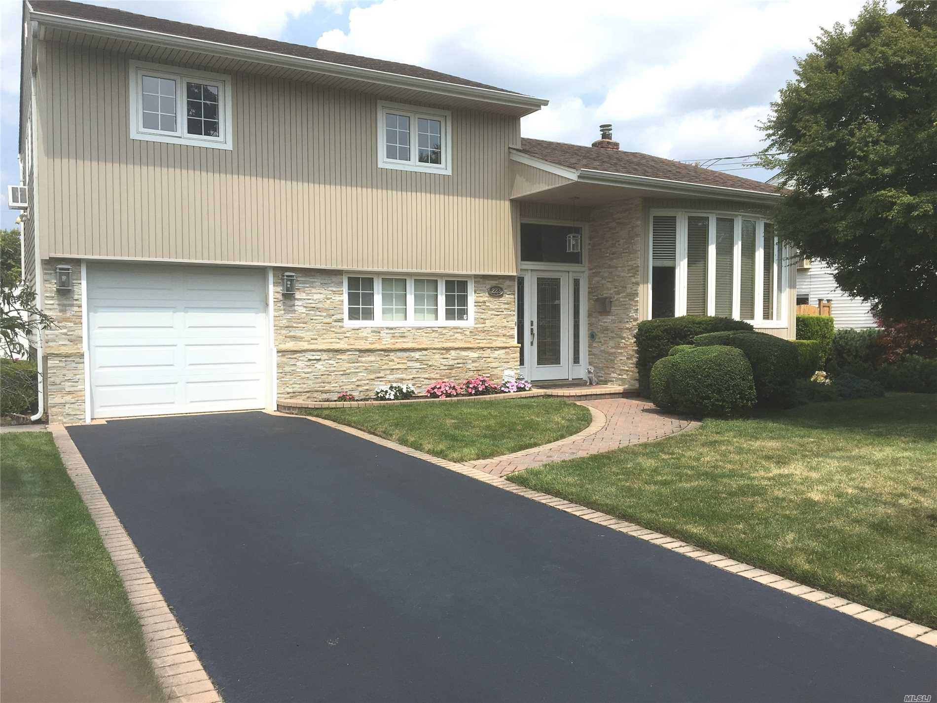Photo of home for sale at 223 Boston Ave N, Massapequa NY