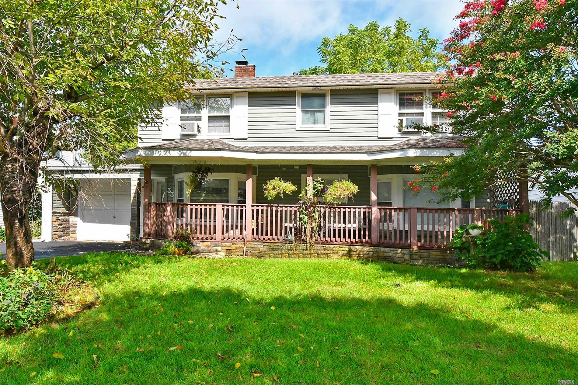 Photo of home for sale at 33 Ballad Ln, Hicksville NY
