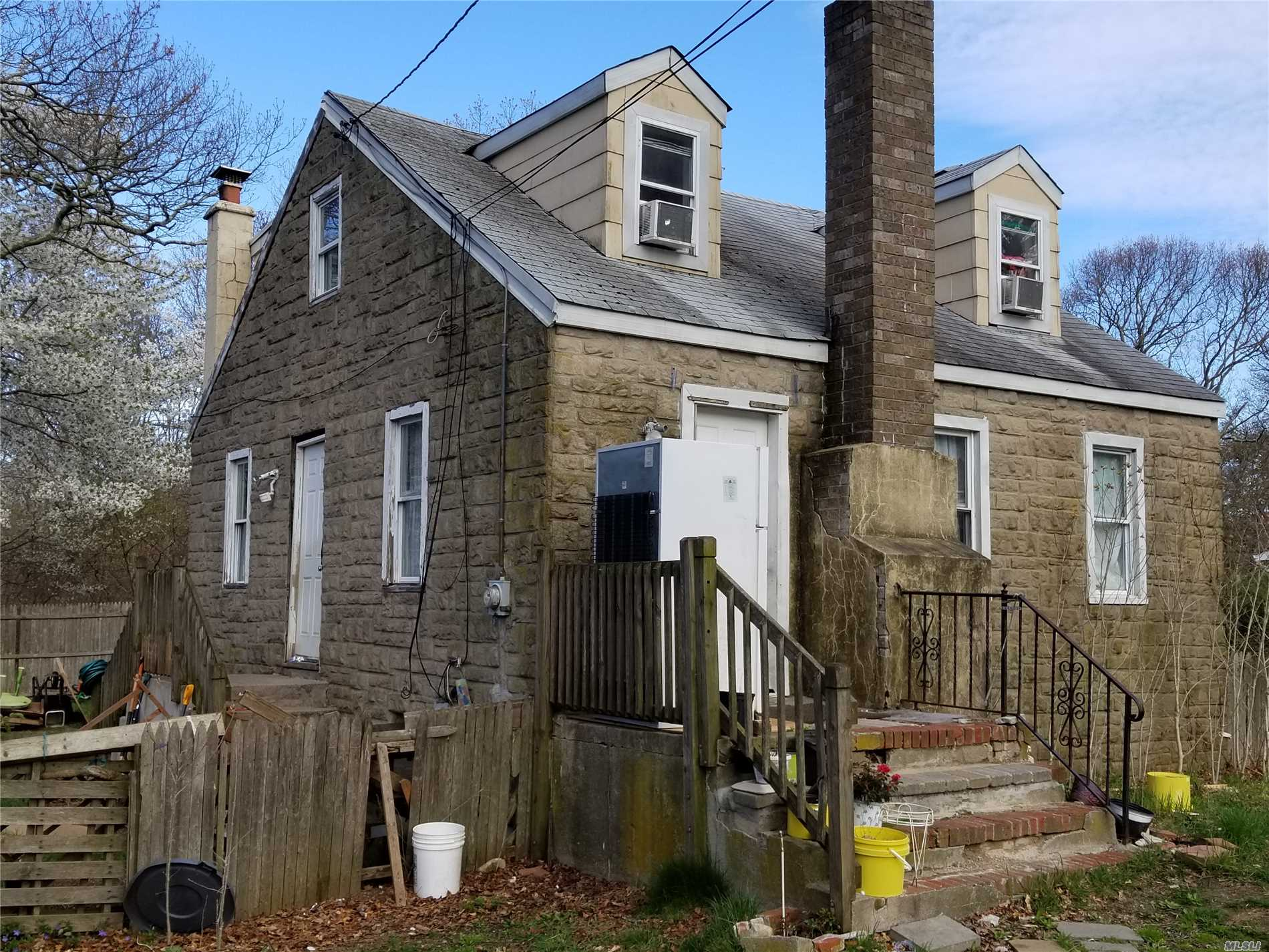 Photo of home for sale at 76 Gray Ave, Medford NY