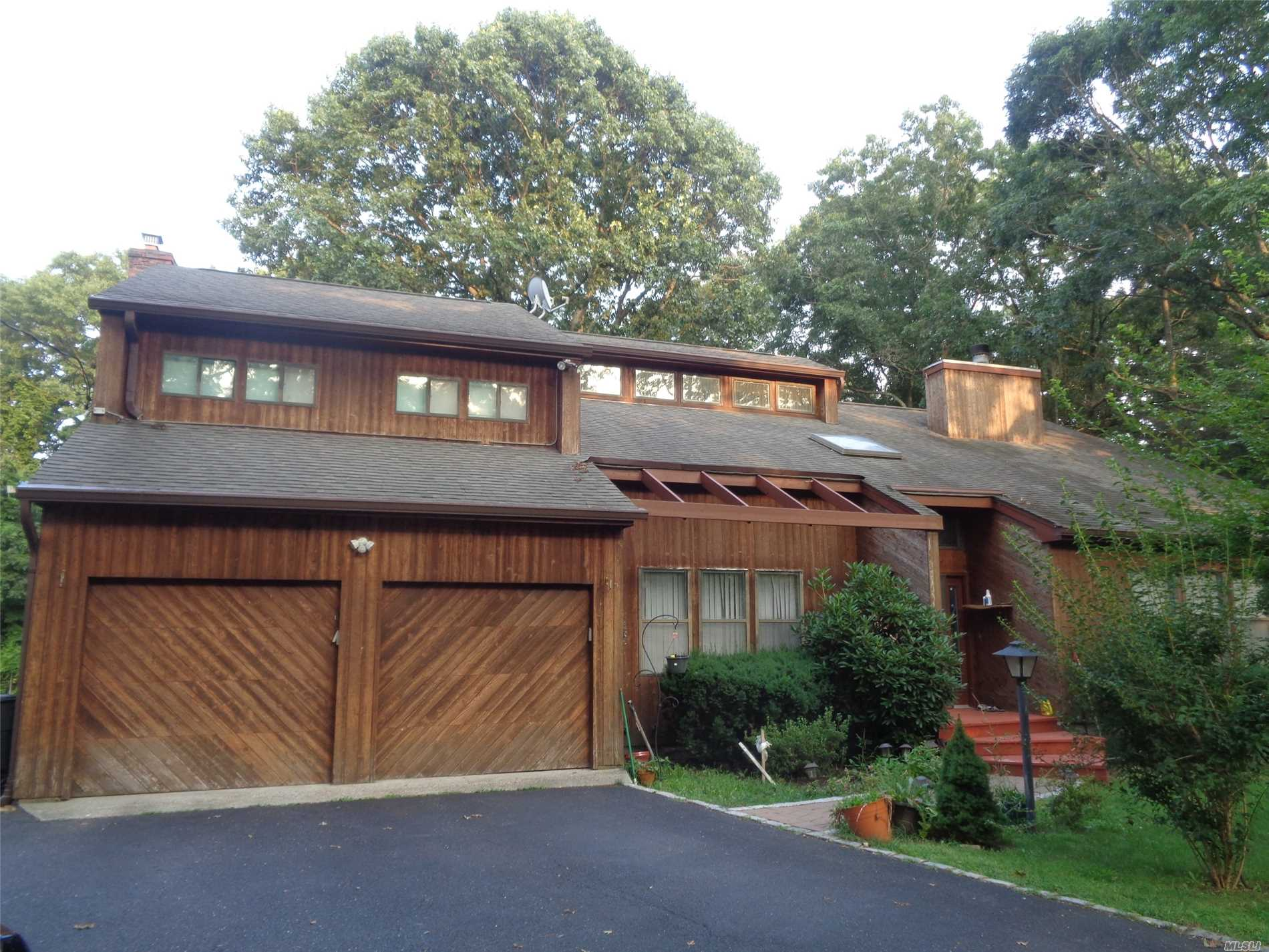 Photo of home for sale at 67 Wyandanch Blvd, Smithtown NY
