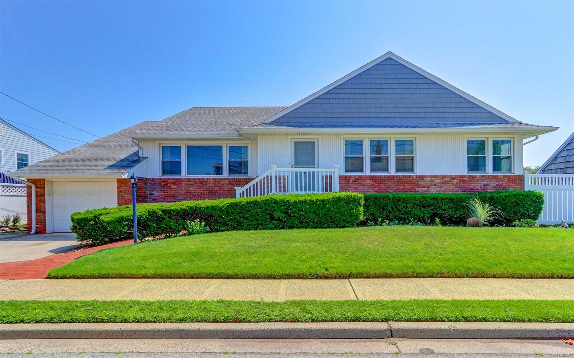 Photo of home for sale at 11 Nantwick St, Lido Beach NY