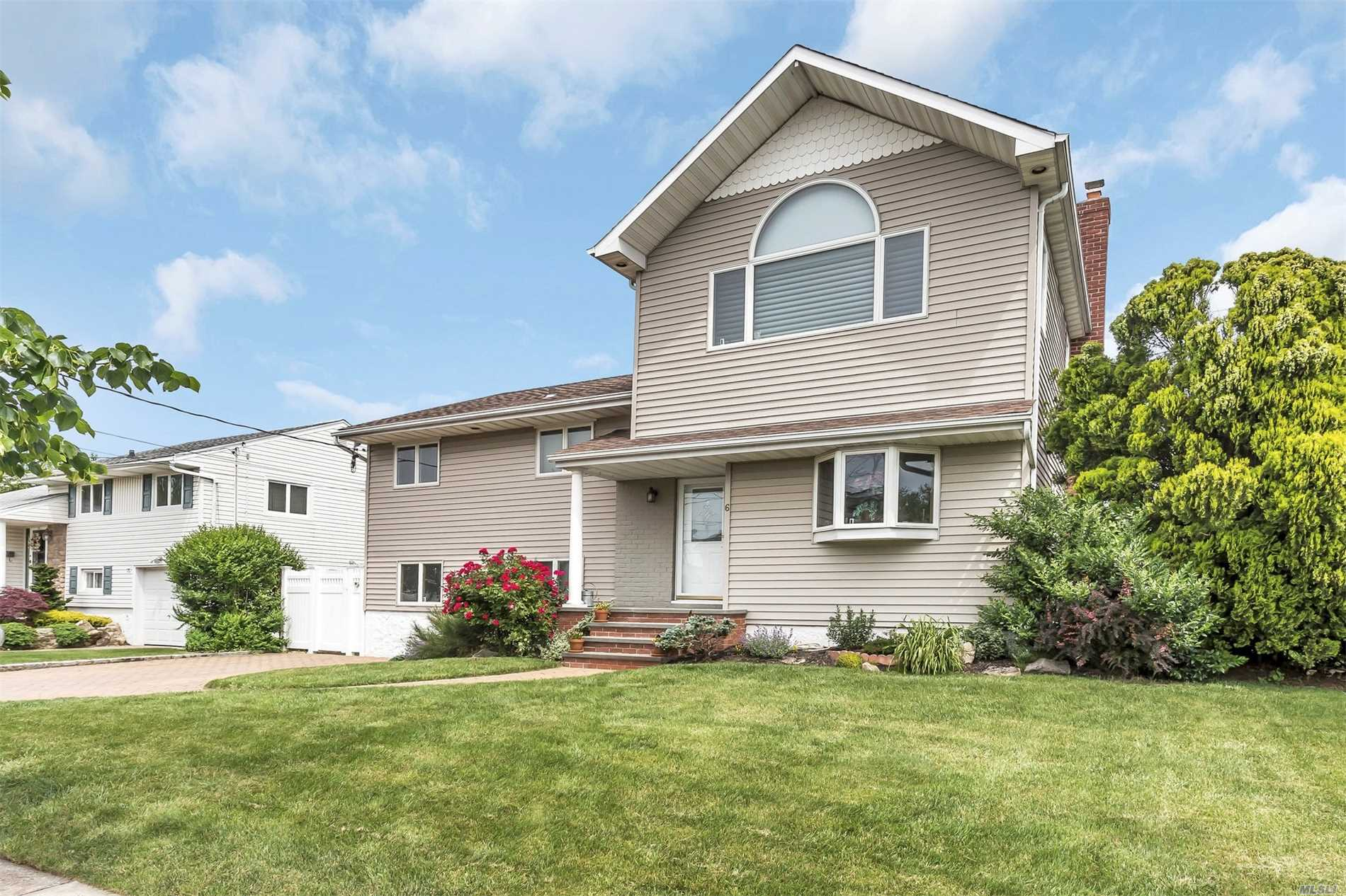Photo of home for sale at 6 Jomarr Pl, Massapequa NY