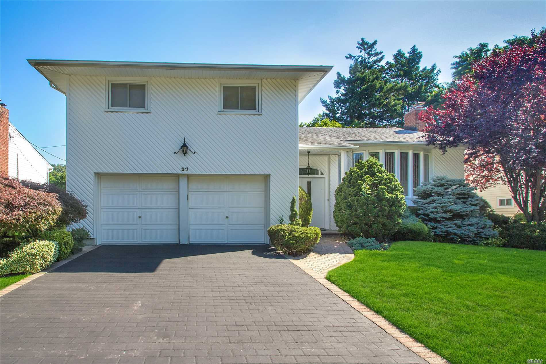 Photo of home for sale at 27 East Dr, Woodbury NY
