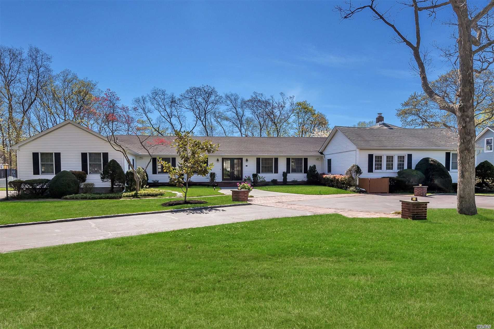 Photo of home for sale at 215 Suydam Ln, Bayport NY