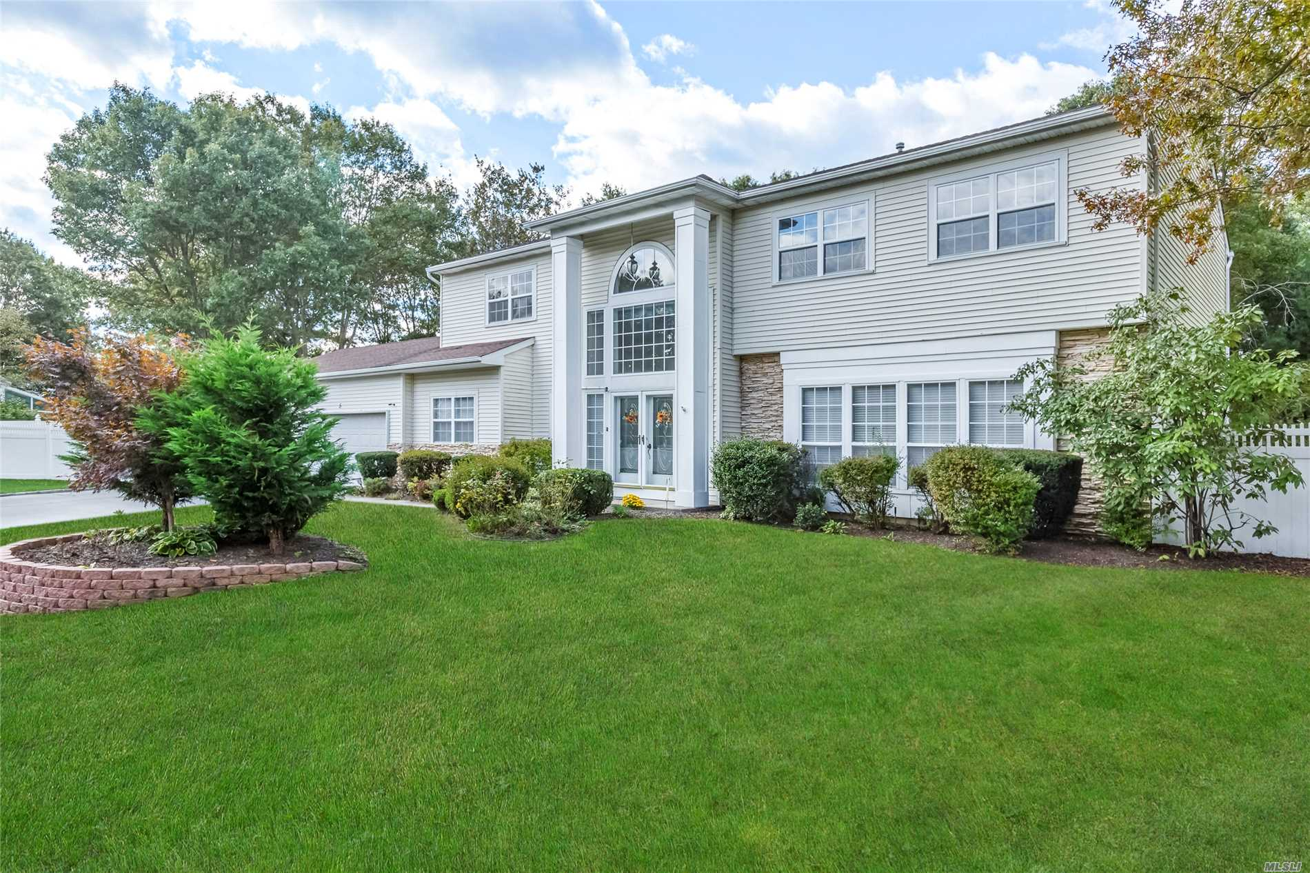 Photo of home for sale at 5 Bower Ct, Lake Grove NY