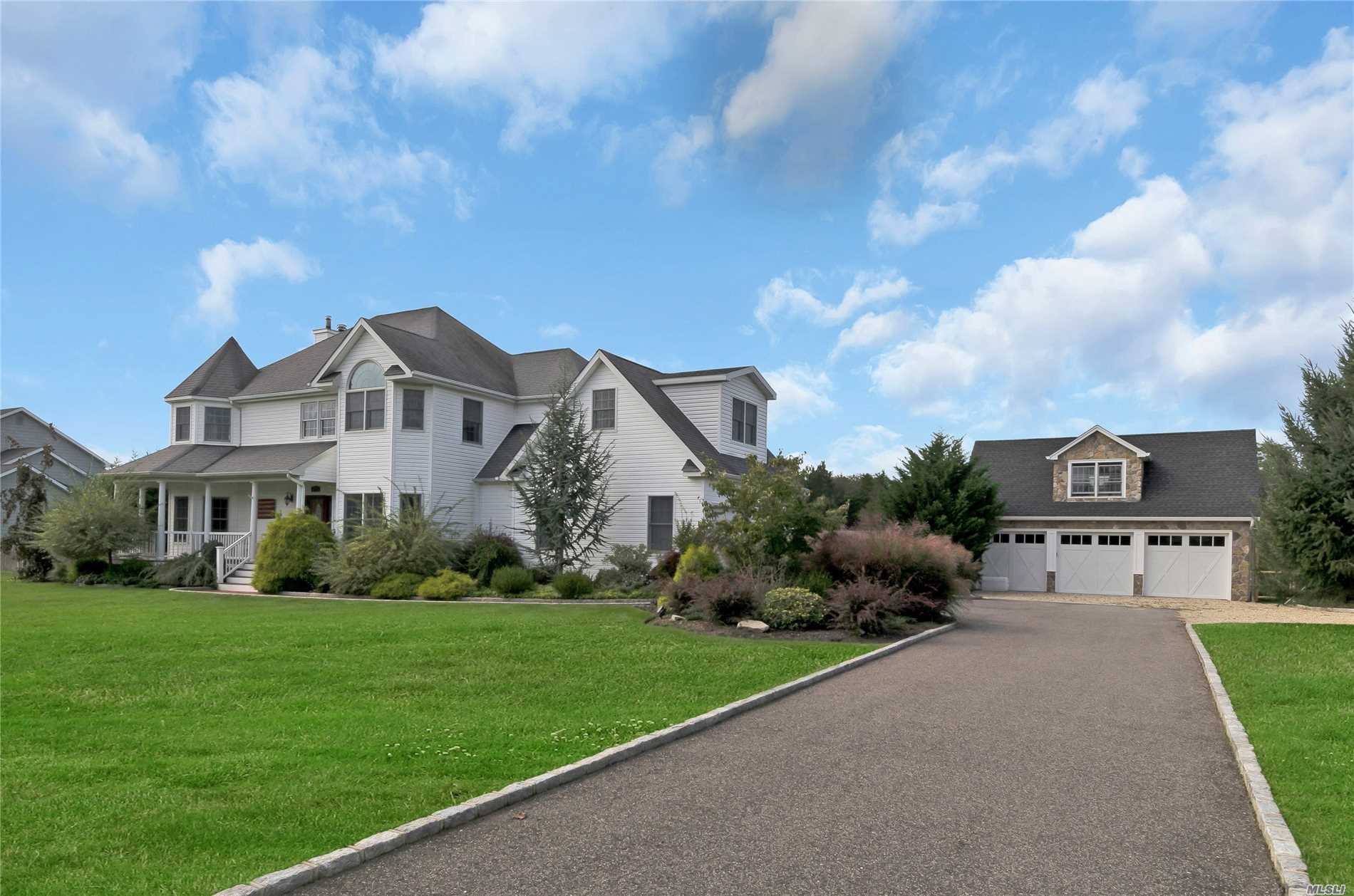 Photo of home for sale at 725 Jacobs Ln, Southold NY