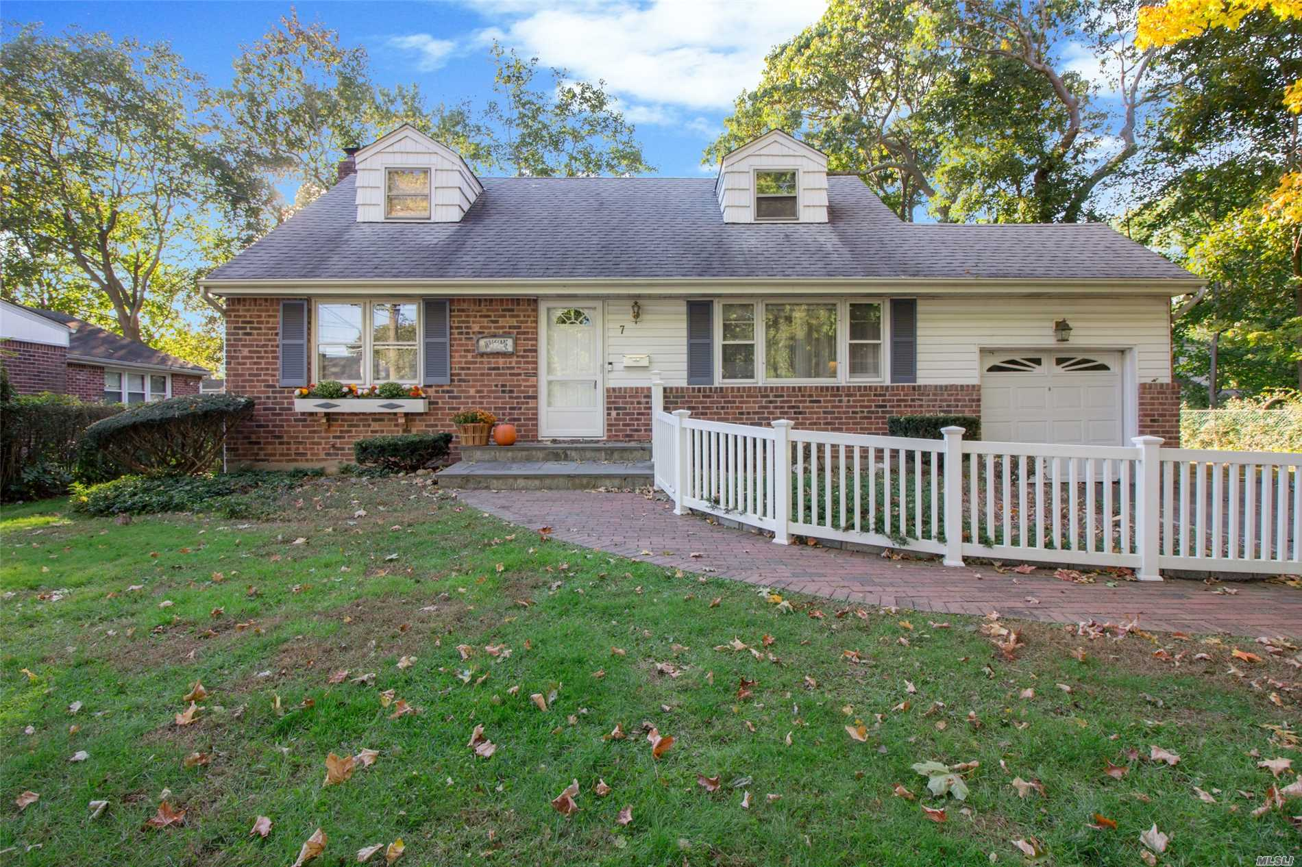 Photo of home for sale at 7 Elman Pl, East Northport NY