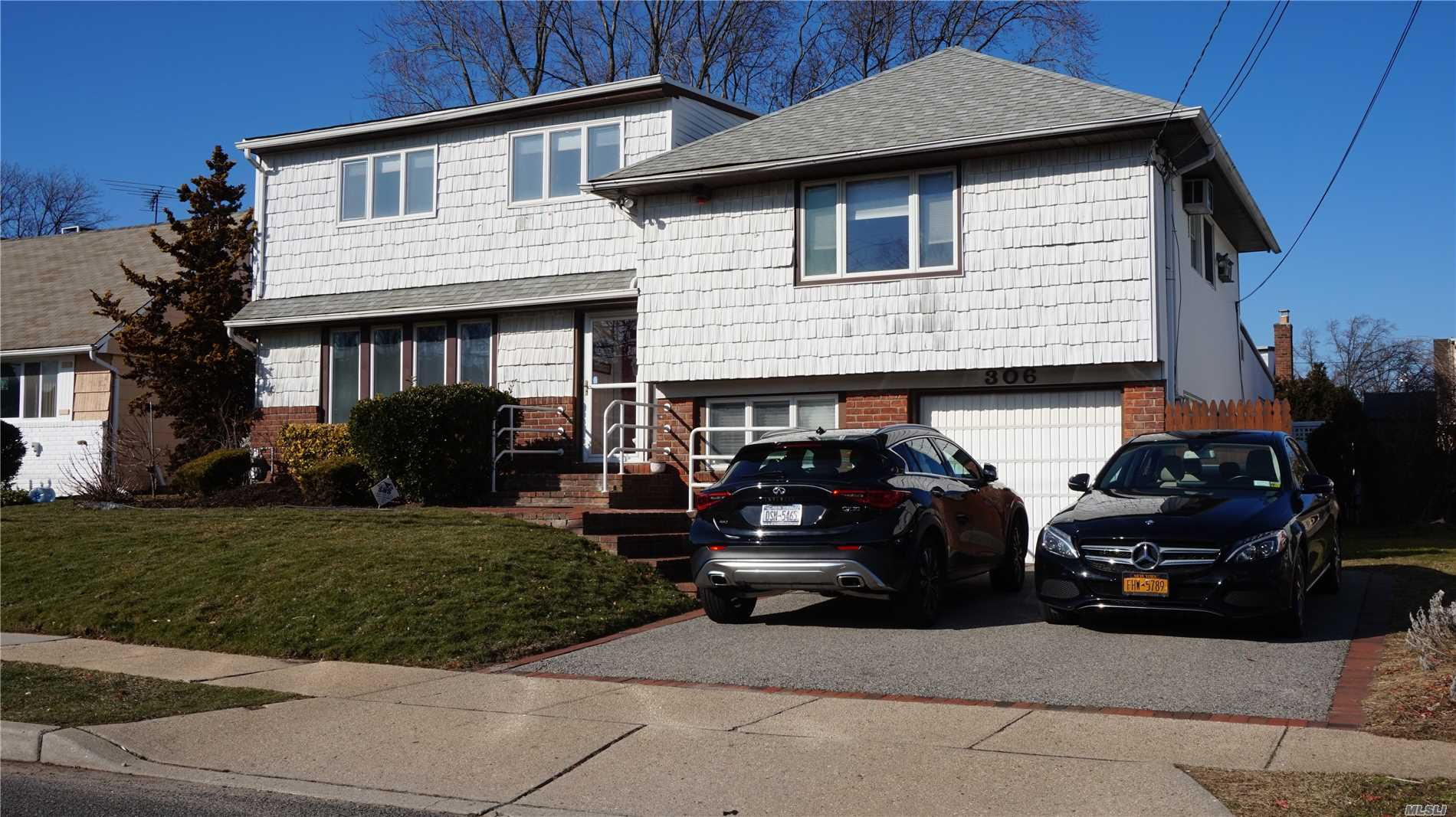 Photo of home for sale at 306 Henrietta Ave W, Oceanside NY
