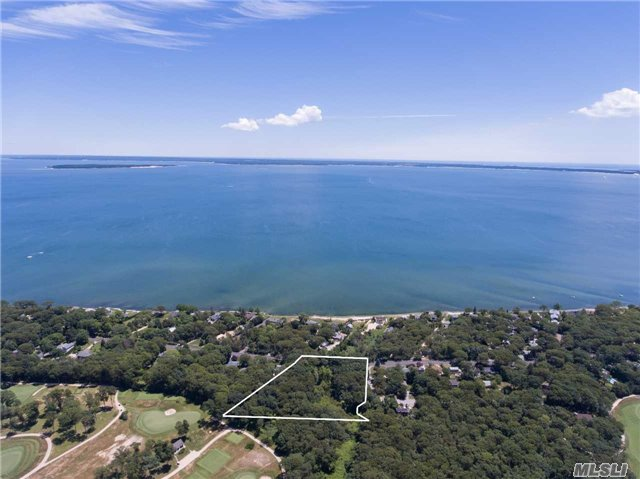 Photo of home for sale at 5445 Peconic Bay Blvd, Laurel NY