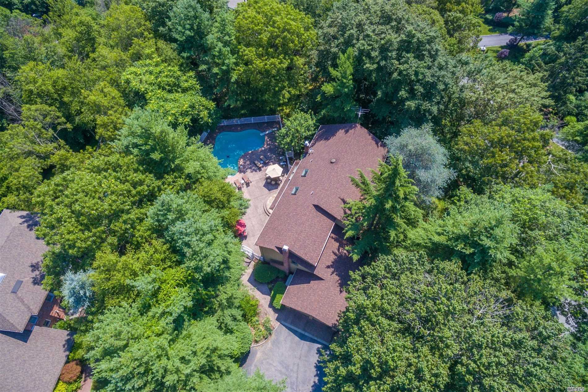 Photo of home for sale at 25 Wandering Way, Smithtown NY