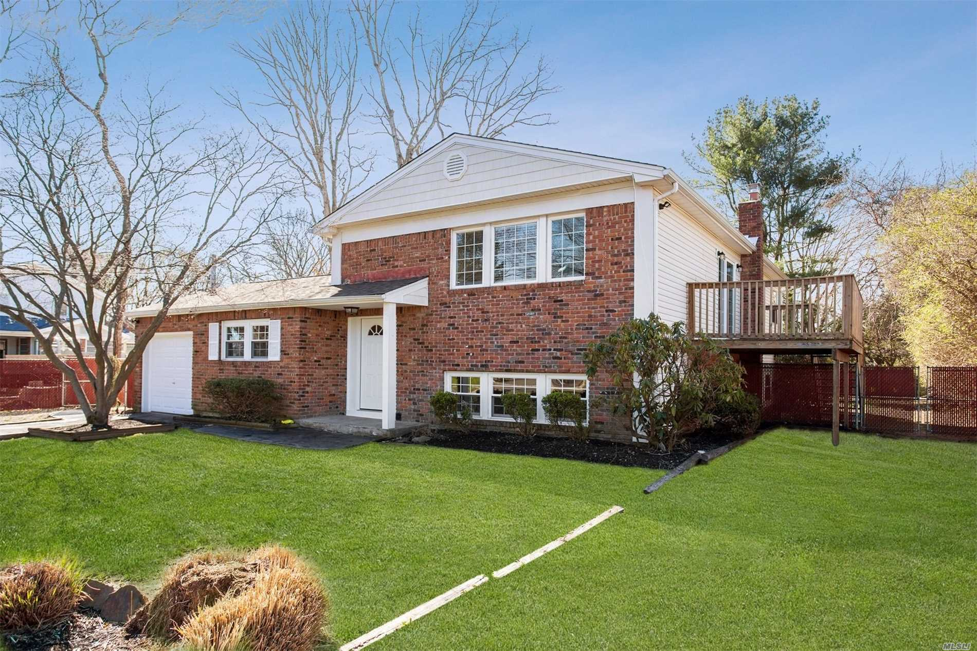 Photo of home for sale at 210 Jericho St, East Islip NY