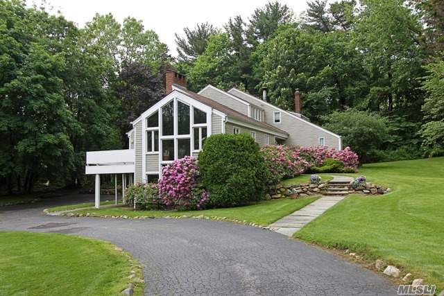 Photo of home for sale at 10 Horseshoe Rd, Old Westbury NY