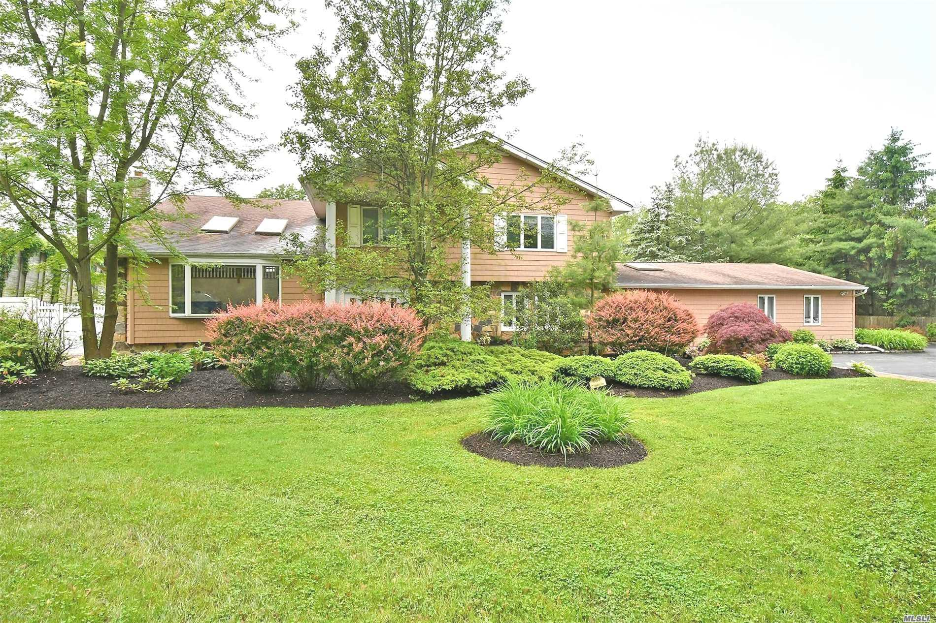 Photo of home for sale at 25 Bagatelle Rd, Dix Hills NY