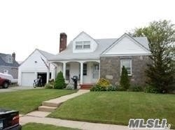 Photo of home for sale at 48 Belle Terre Ave W, Lindenhurst NY