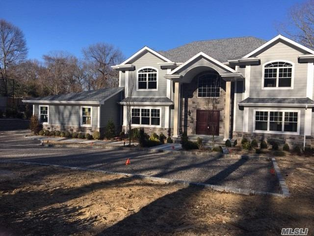 Photo of home for sale at 4 Carriage Ct, Dix Hills NY
