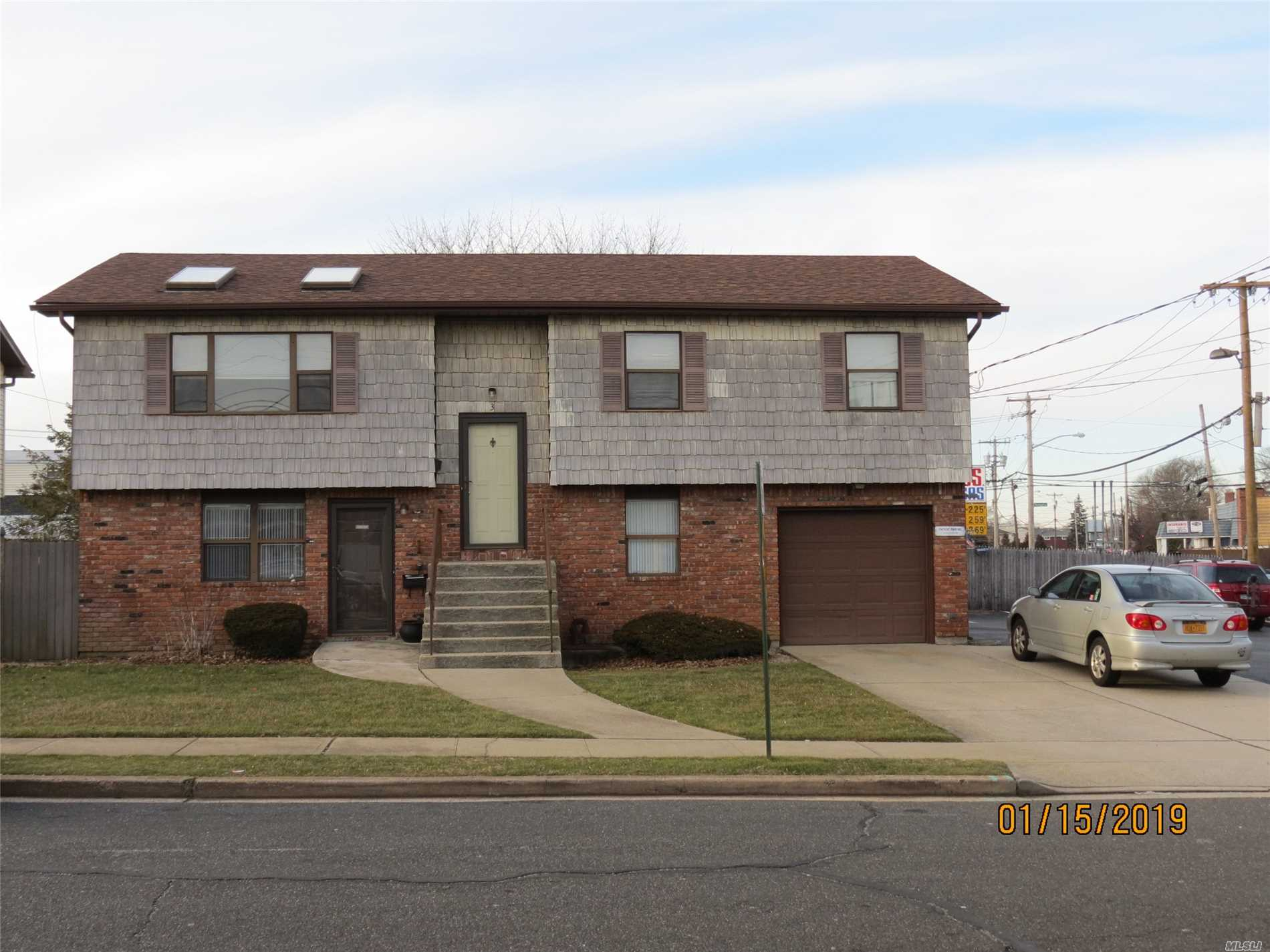 Photo of home for sale at 3 Midwood Ave, Farmingdale NY
