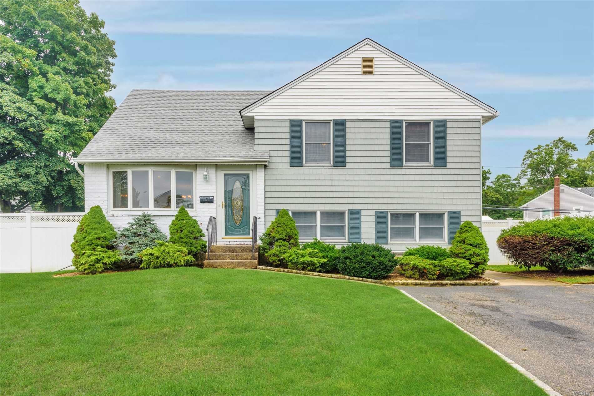 Photo of home for sale at 3754 Bernard Dr, Wantagh NY