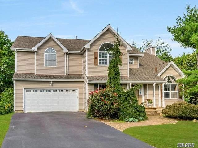 Photo of home for sale at 8 Munsee Way, Commack NY