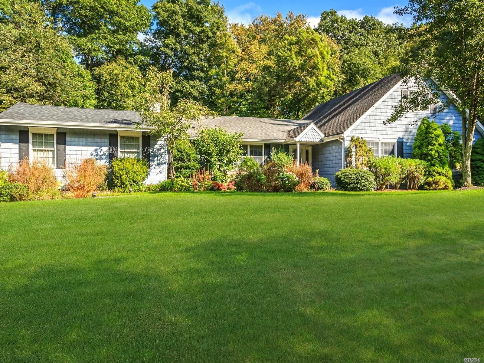 Photo of home for sale at 4 Hollise Ct, Centerport NY
