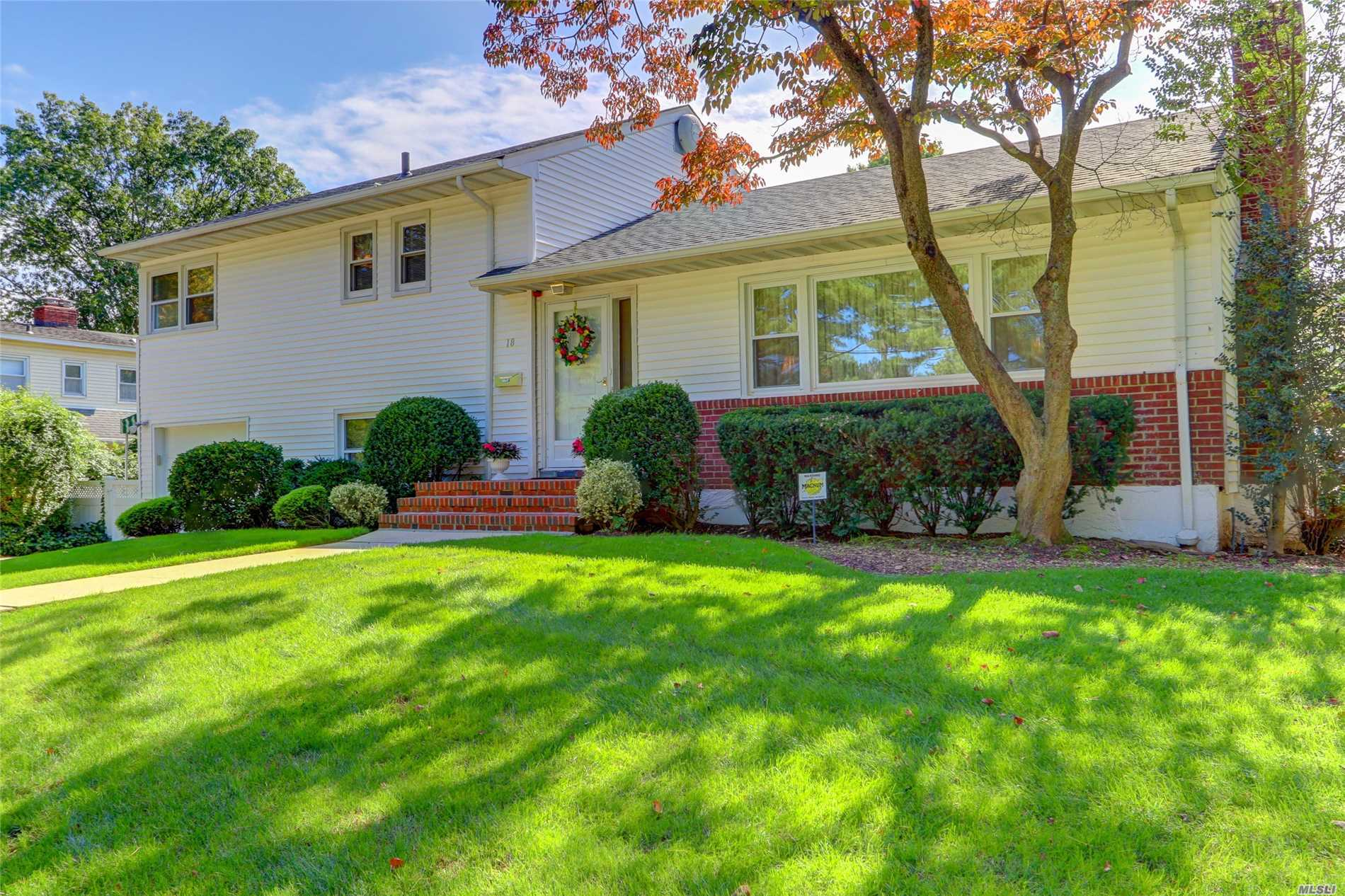 Photo of home for sale at 18 Plaza Rd, Garden City NY