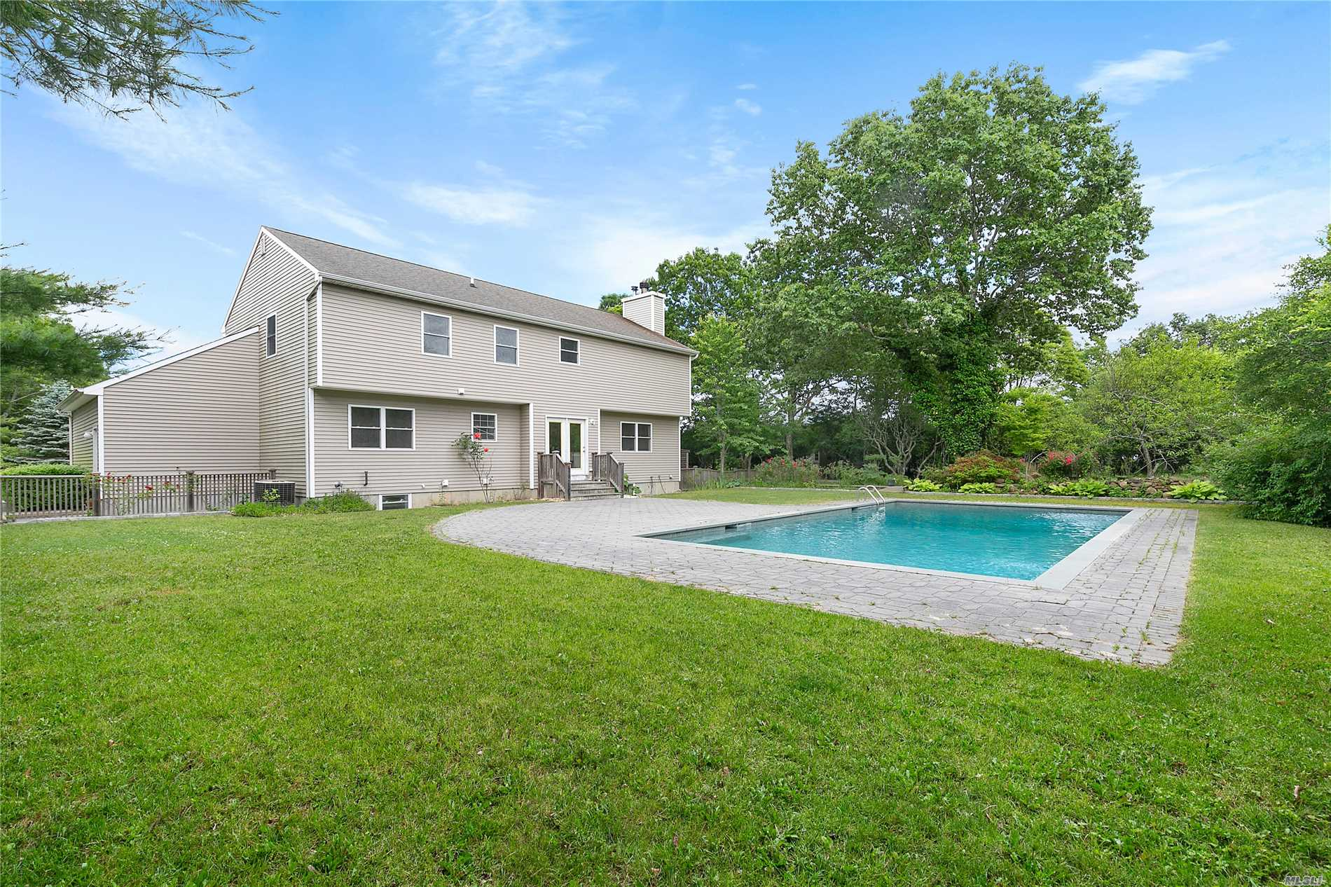 Photo of home for sale at 167 Tuckahoe Ln, Southampton NY