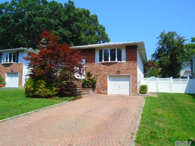 Photo of home for sale at 135 Truxton Rd, Dix Hills NY