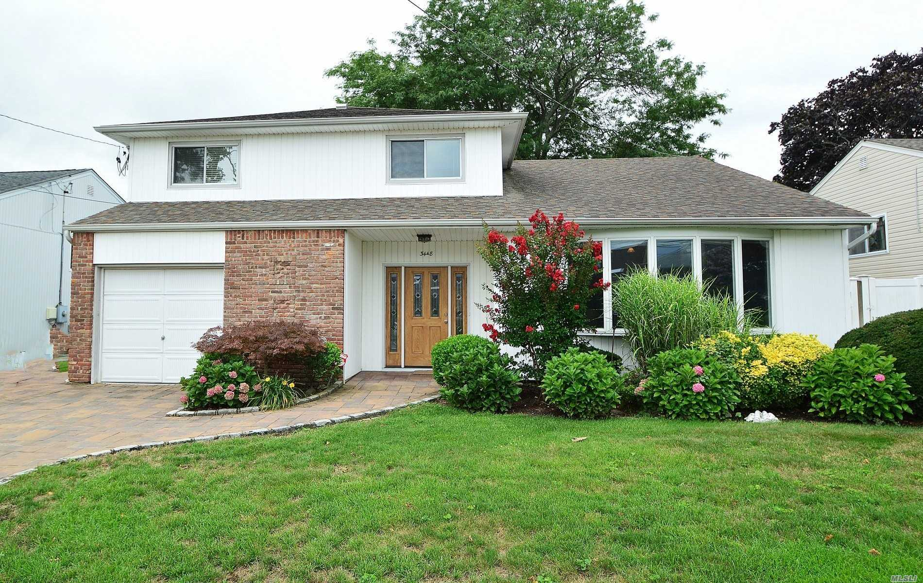 Photo of home for sale at 3448 Poplar St, Oceanside NY