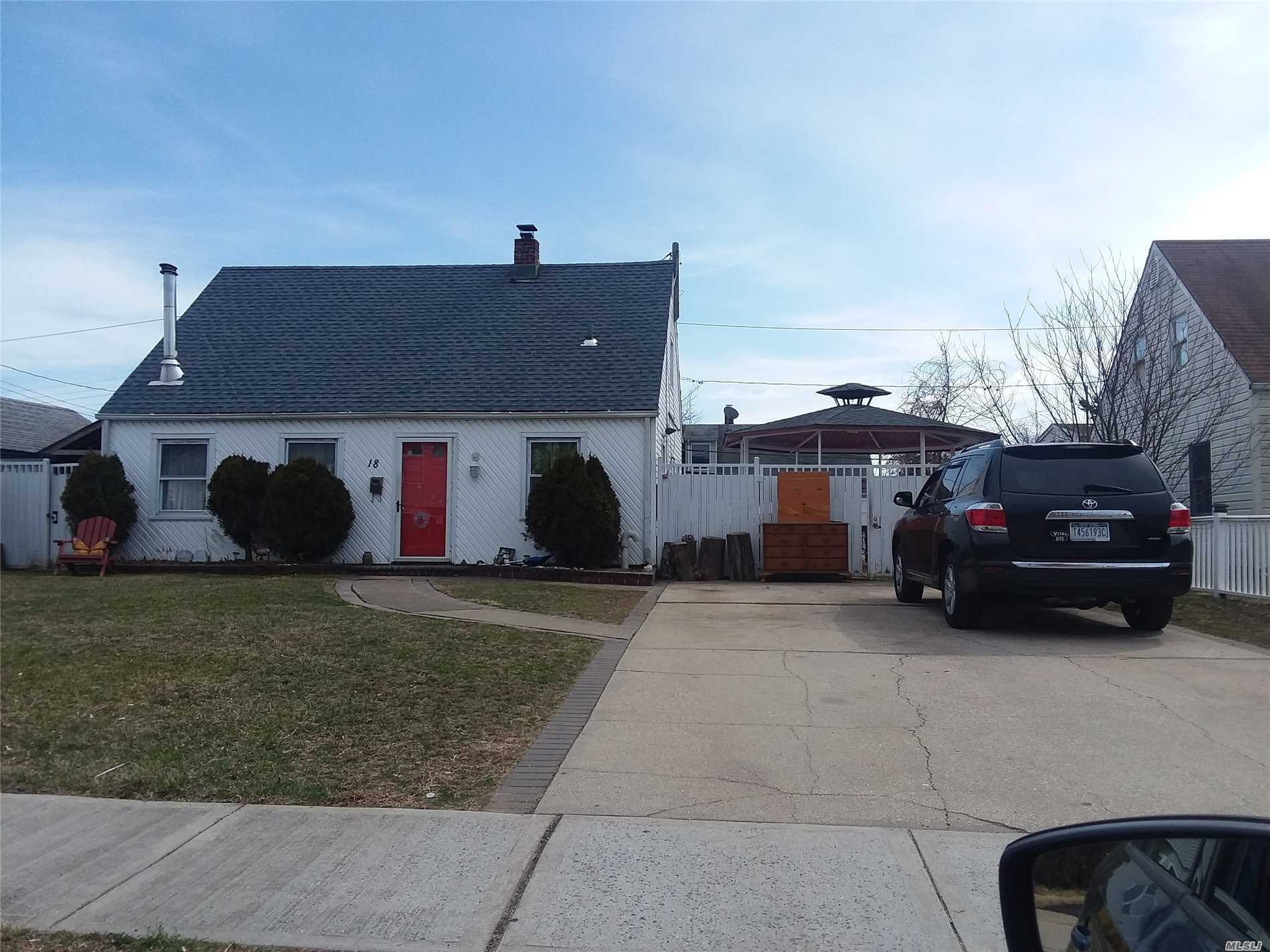 Photo of home for sale at 18 Crag Ln, Levittown NY