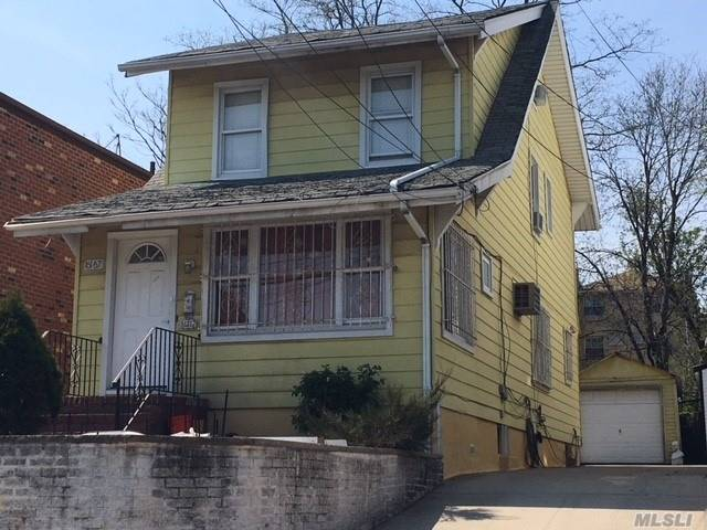 Photo of home for sale at 161-67 86 Ave, Jamaica Hills NY