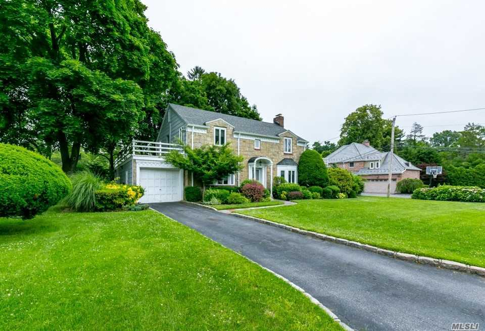 Photo of home for sale at 35 Pine Hill Rd N, Great Neck NY