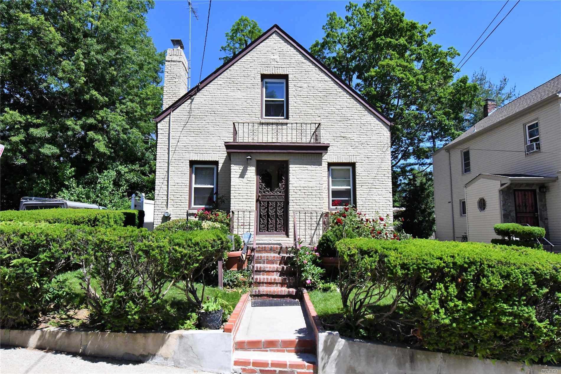 Photo of home for sale at 53 High St, Manhasset NY