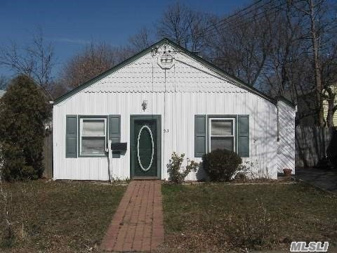 Photo of home for sale at 33 Roosevelt St, Hempstead NY