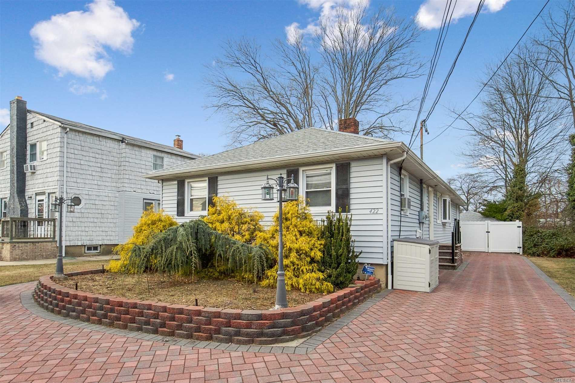 Photo of home for sale at 422 Linden St, Bellmore NY