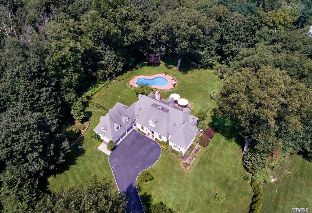 Photo of home for sale at 248 Private Rd, Matinecock NY