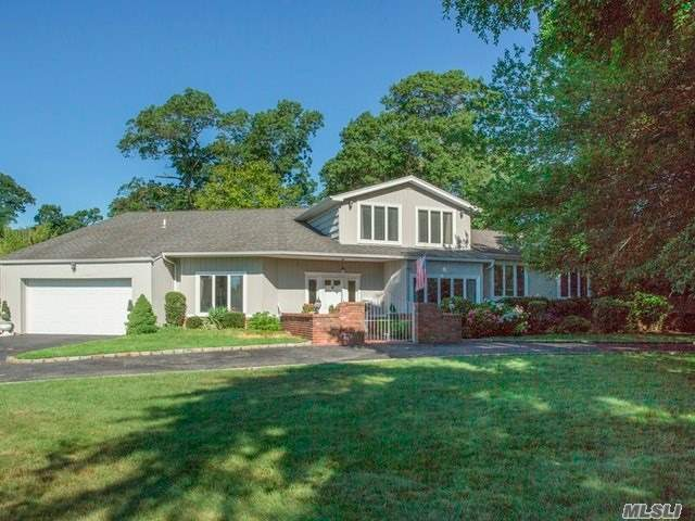 Photo of home for sale at 5 Dove Ln, Bay Shore NY