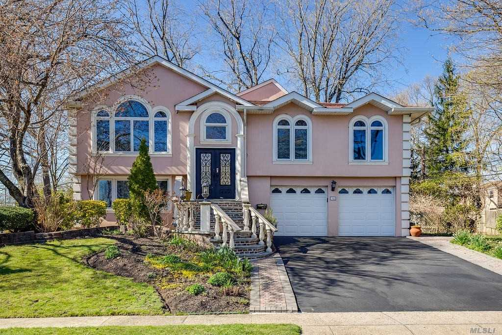 Photo of home for sale at 18 Lenore St, Syosset NY