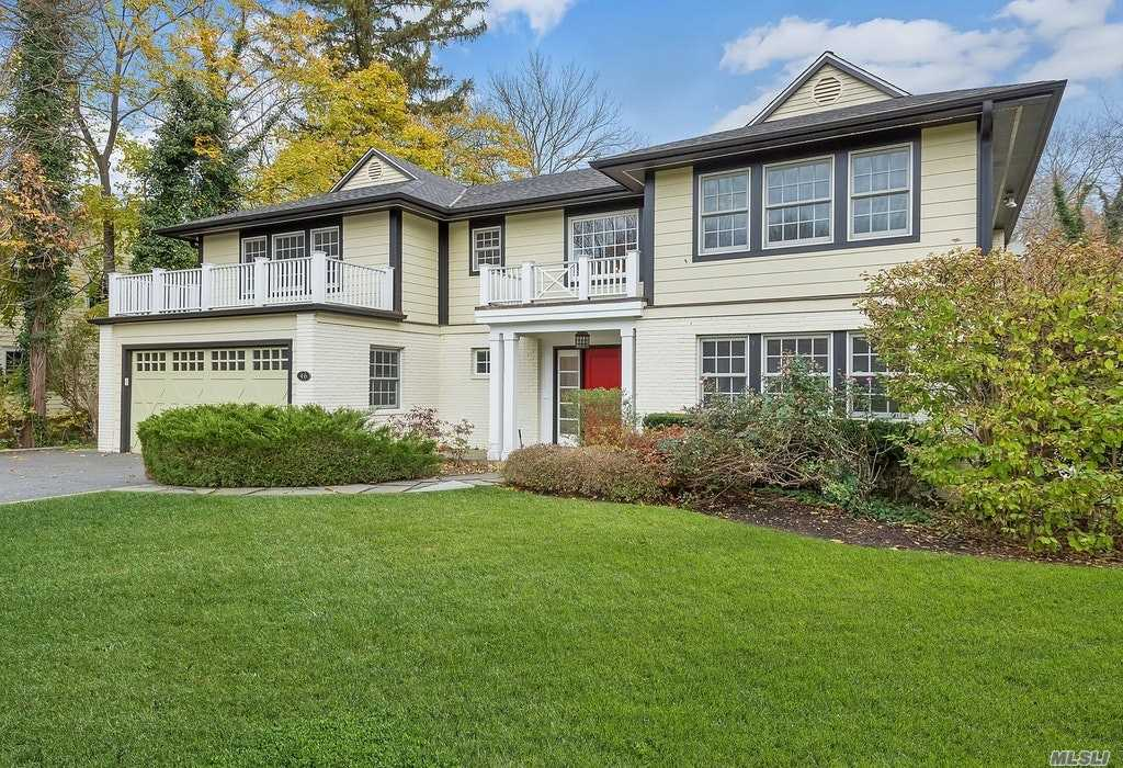 Photo of home for sale at 46 Brookside Dr, Manhasset NY