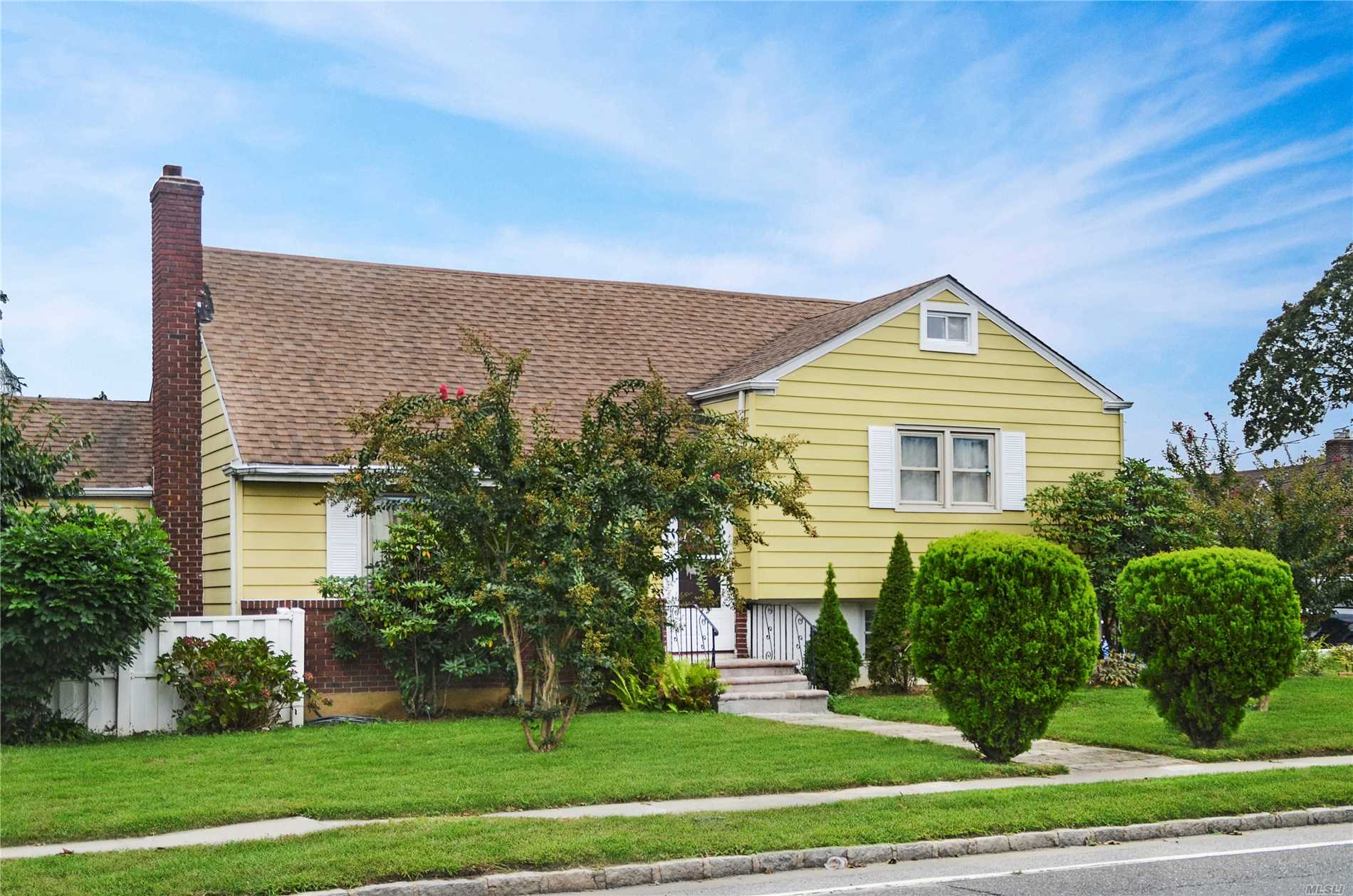 Photo of home for sale at 2 Field Pl, Baldwin NY