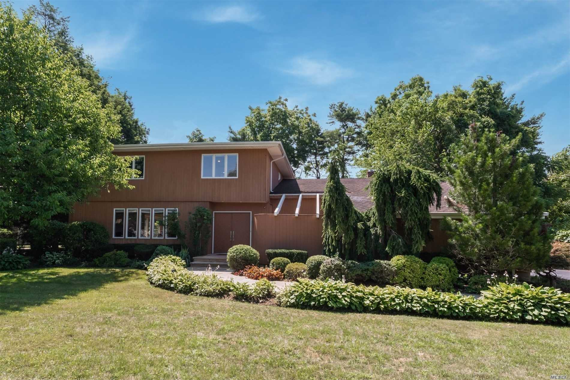 Photo of home for sale at 42 Colgate Ln, Woodbury NY