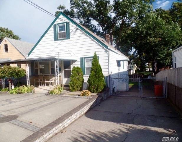 Photo of home for sale at 139 Lyon St, Valley Stream NY