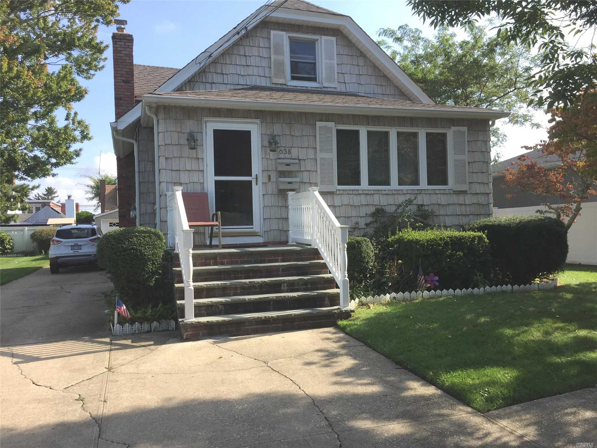 Photo of home for sale at 638 Broadway S, Lindenhurst NY