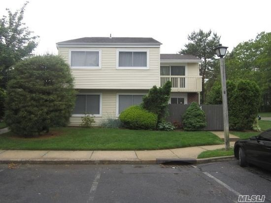 Photo of home for sale at 206 Springmeadow Dr, Holbrook NY