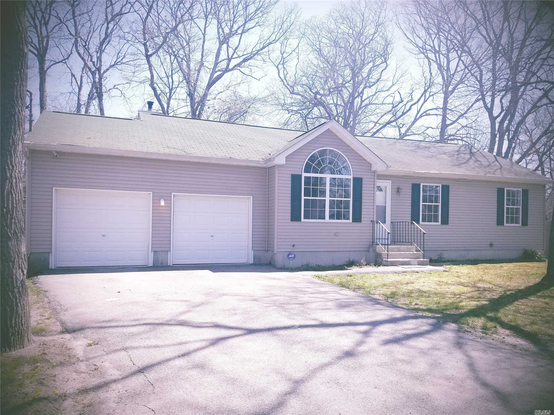 Photo of home for sale at 89 Lakeview Dr, Mastic Beach NY