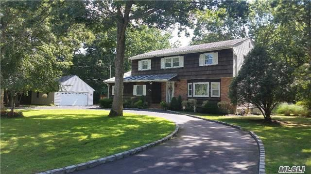 Photo of home for sale at 975 Baldwin Path, Dix Hills NY