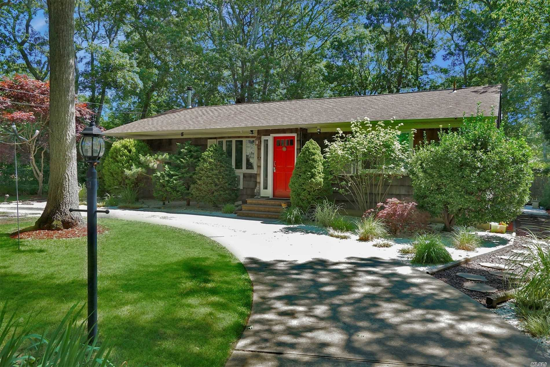 Photo of home for sale at 8 Holiday Ct, Hampton Bays NY