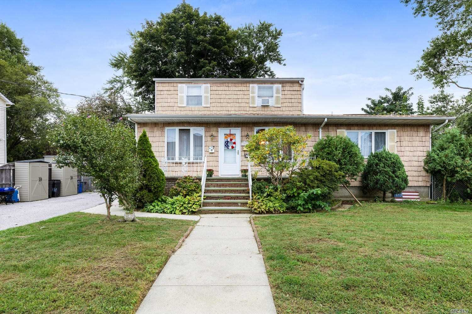 Photo of home for sale at 1547 10th St, West Babylon NY