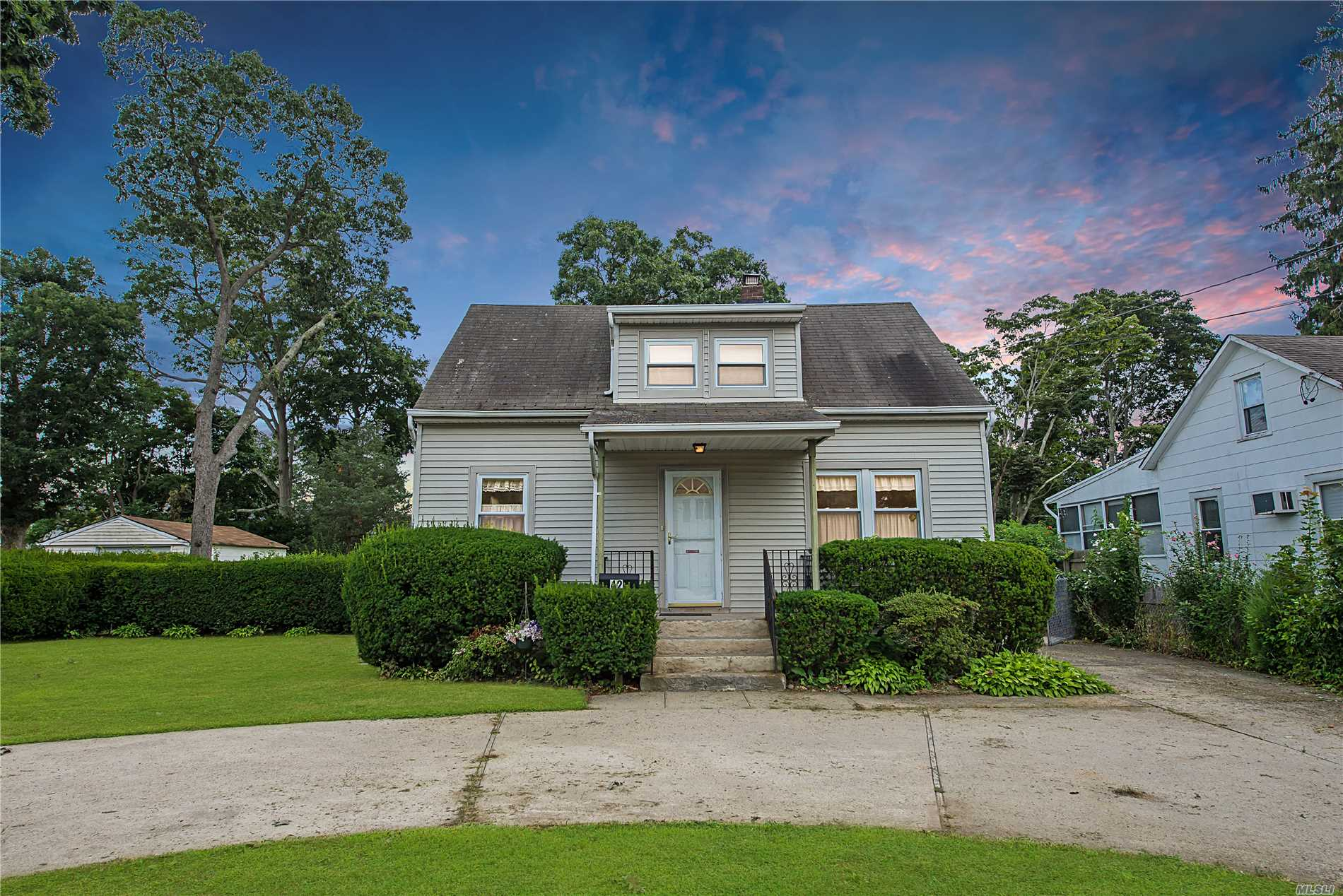 Photo of home for sale at 42 Bittermint St, Islip NY