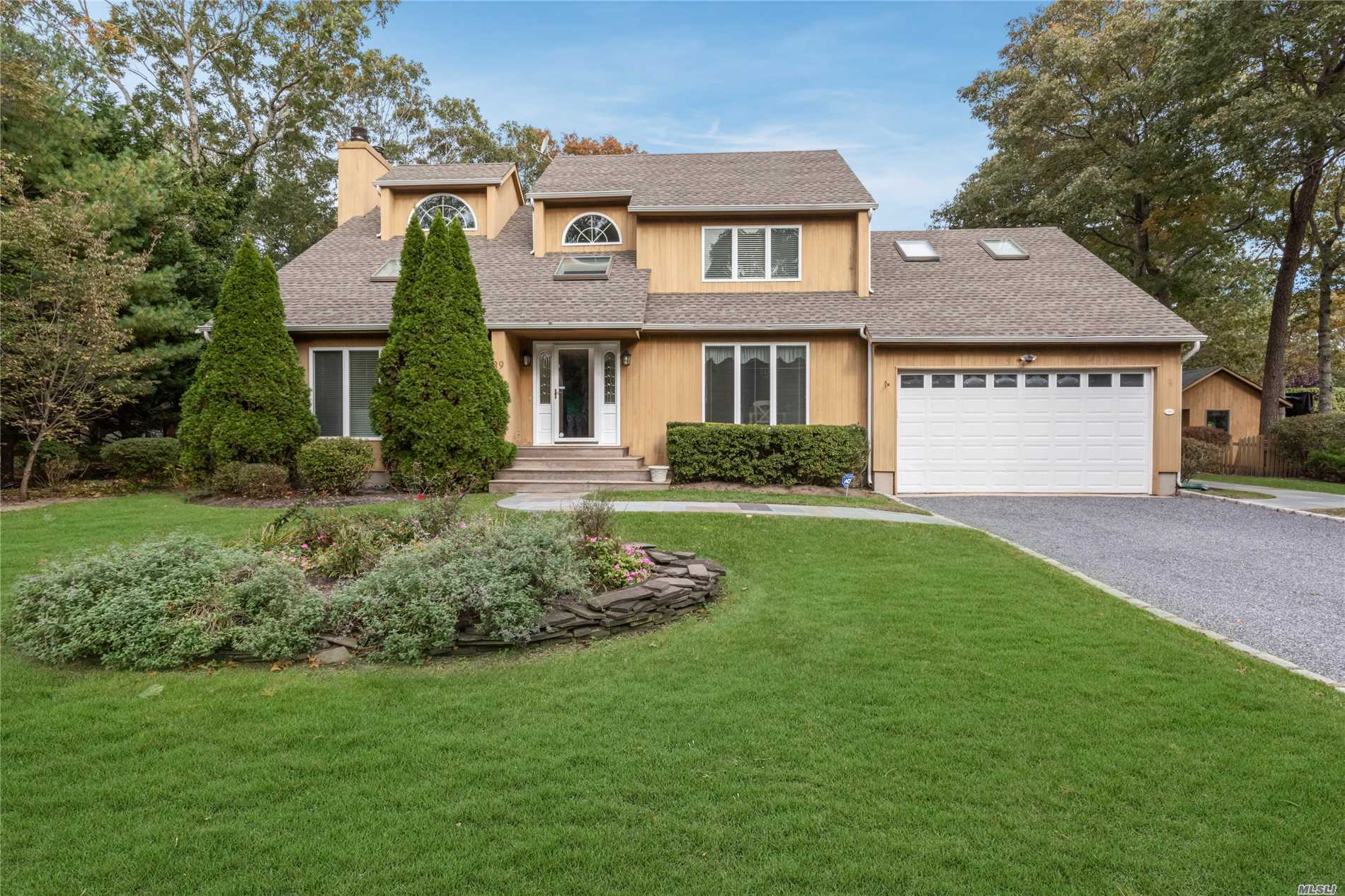 Photo of home for sale at 39 Fordham Dr, Hampton Bays NY